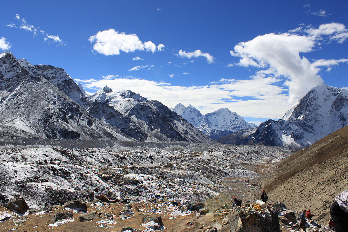 1200px-Khumbu_Gletscher_vom_Lobuche_Pass